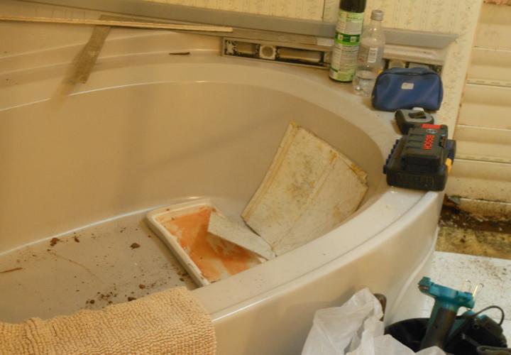 Older Mobile Home Bathtub